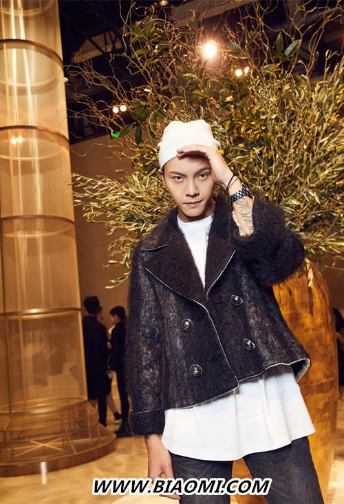 白色大衣搭配香奈儿J12腕表 来看陈伟霆圣诞风的冬日穿搭 热点动态 第3张