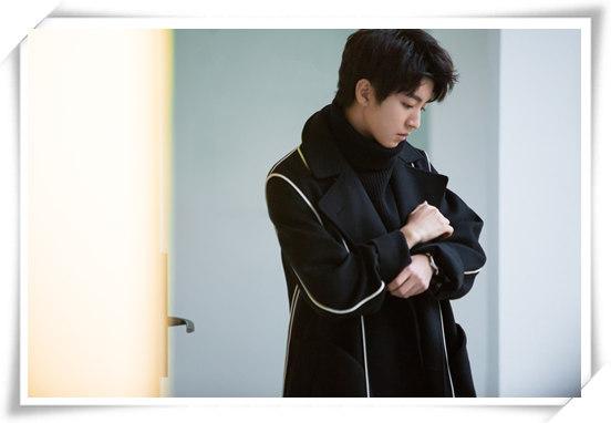 王俊凯登杂志开年封 步入成年的他演绎了这款腕表
