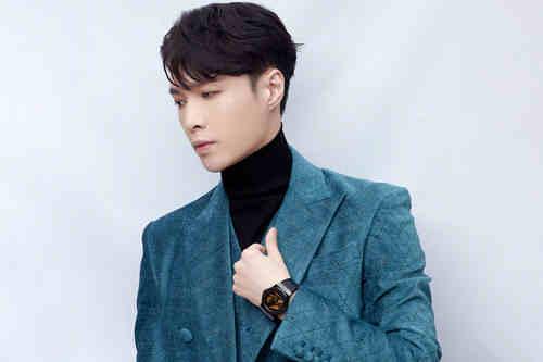 张艺兴连拿四个奖 蓝色西装搭配宇舶表融合黄金晶体腕表
