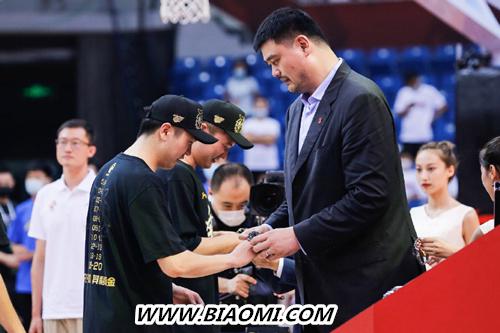 CBA夺冠之夜 姚明为广东队队员佩戴腕表 竞潜系列 泰格豪雅 名表赏析  第1张